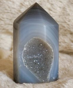 Druzy Agaat Toren Gewicht: 257 gram Agaat heeft de kracht om yin en yang te harmoniseren, de positieve en negatieve krachten die het universum instandhouden. De steen, met zijn kalmerende werking, werkt langzaam maar geeft veel kracht. Het heelt de ogen, de maag en de baarmoeder; het reinigt het lymfestelsel en de alvleesklier, en het verstevigt de bloedvaten en huidaandoeningen. Druzy stenen versterken je innerlijke kracht, en begeleiden je tijdens je groeiproces AA-Kwaliteit uit Brazilië