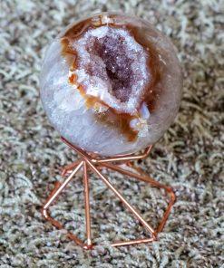 AAEXTRA Kwaliteit uitArgentinië Zeer zeldzaam. 255 gram Deroze amethisten komen uitgeodes in Patagonië, en hebben hun kleur te danken aan microscopische hematiet deeltjes. Roze amethist is GEEN vorm van rozenkwarts. (Let op!! AA kwaliteit is dus zeer hoge kwaliteit, online is er veel AB of B kwaliteit tevinden, dit zal dan uiteraard goedkoper uitvallen!) Perfect om het hart te openen om zo meer liefde te geven en ontvangen. Bij aankoop krijg je stuk van de foto.